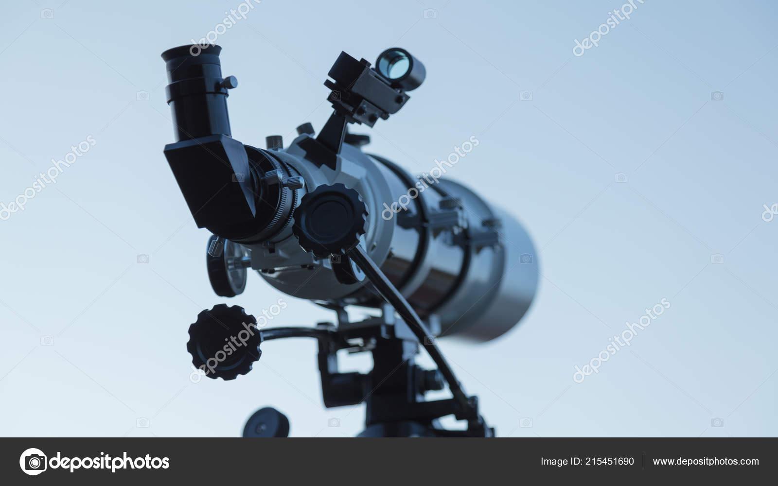 Teleskop für amateur astronomie auf einem stativ u stockfoto