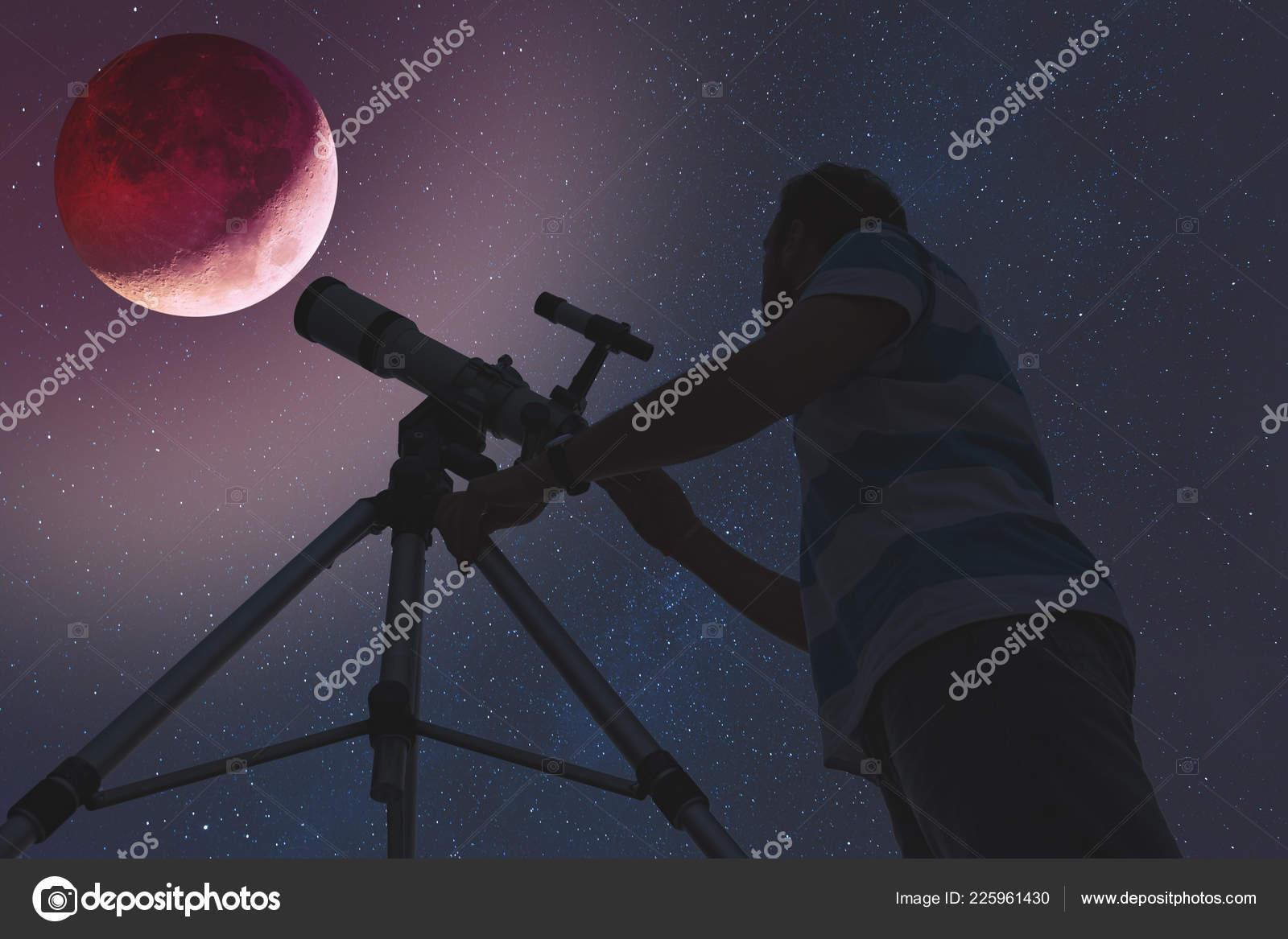 Mann sucht bei mondfinsternis durch ein teleskop meine astronomie