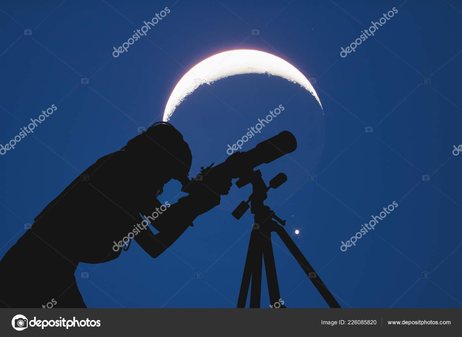 Silhouette eines mädchens neben astronomie teleskop mit mond und