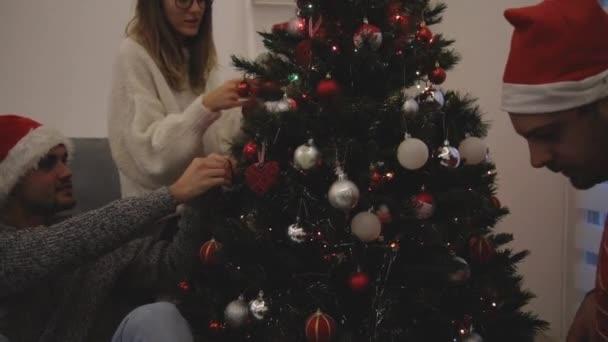 Tři přátelé sdílení vánoční / novoroční noc představuje.