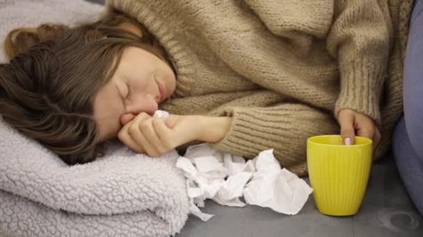 Krankes Mädchen halten Gewebe und halten Magen und Tee