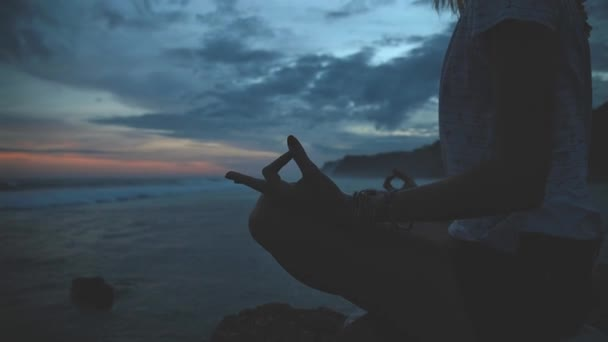 Yong Frau praktiziert Yoga am Meer