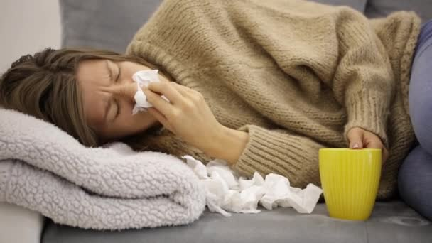 krankes Mädchen hält Gewebe und hält Magen und Tee.