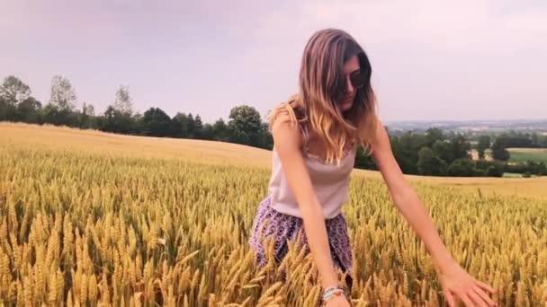 A lány élvezi egy arany búza - mező a nyáron.
