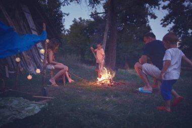 Çocuklu babam arka bahçede kamp ateşi yakıyor..