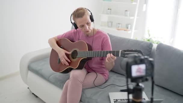 Gitarrist macht Videounterricht und Tutorials für Internet-Vlog-Websitekurse.