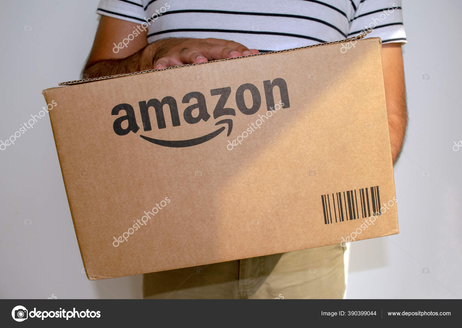 Dubai Vae Juli 2020 Mann Hält Pappkarton Paket Von Amazon — Redaktionelles  Stockfoto © ViktoriyaF #390399044