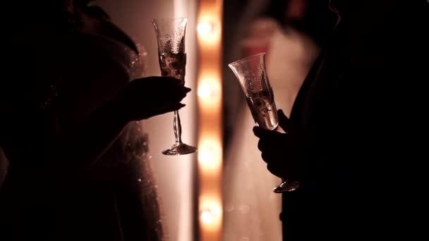 Paar klappert Gläser mit Champagner Schönes Paar klappert Gläser mit zwei dekorativen Champagnergläsern