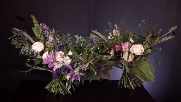 Krásná kytice čerstvých divokých květin z květinářství