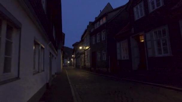 Historische Straße in Goßlar bei Nacht