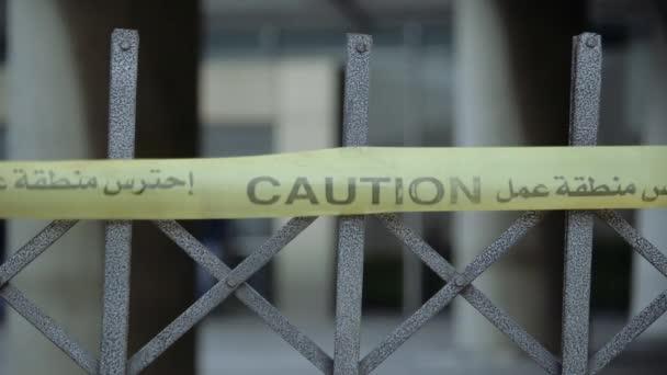 Közel a kerítéshez, közel a hatóságokhoz.