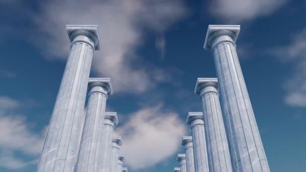niedrigen Winkel Ansicht der antiken Kolonnade, klassischen alten toskanischen Ordnung weißen Marmor Säulen in einer Reihe vor bewölktem Himmel Hintergrund. abstraktes Konzept 3D-Animation gerendert in 4k