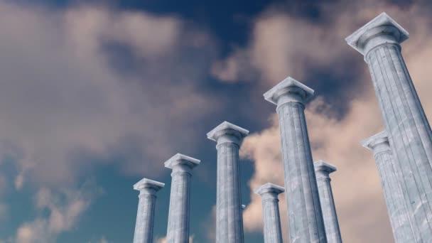 antike Kolonnade, klassische toskanische Säulen aus weißem Marmor in einer Reihe gegen den Himmel mit Zeitraffer-Wolken auf dem Hintergrund. Konzept 3D-Animation in 4k gerendert