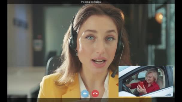 NEW YORK - 5. April 2020: Reife kaukasische Frau im Auto, die Smartphone-Video-Englischunterricht mit weiblicher Nachhilfelehrerin im Web-Fernkurs vor der Webcam anschaut. E-Learning. Mitteilung.