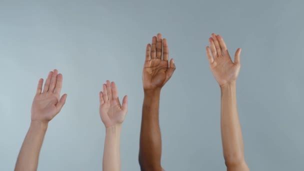 Mnohoetnické ruce různorodých lidí, kteří se drží na šedém pozadí. Rasová rovnost. Etnická rozmanitost. Lidská práva. Koncept svobody.