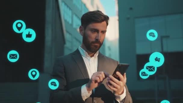 NEW YORK - Březen, 28, 2020: Legrační div, že mladý muž používá smartphone psaní sociálních médií ikony modrá animace hlasitá technologie internet síťové zařízení on-line virtuální rozhraní digitální na ulici