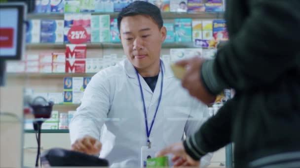 Patienten besuchen Apotheke und bekommen Medikamente für die Gesundheitsversorgung. Nahaufnahme von Kunden, die kontaktlos mit NFC-Technologie bezahlen. Medikamentenkauf. Drogerie.
