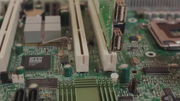 NEW YORK - 19. Mai 2019: Makroansicht der elektronischen Platine eines Computers. Nahaufnahme praktikabler Hardware-Technologie für Motherboards mit Mikroships. Kamera dreht sich von Seite zu Seite.