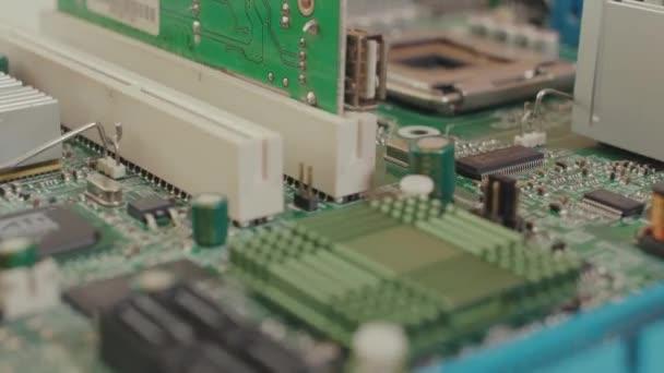 Elektronische PC-Hauptplatine. Nahaufnahme Makroaufnahme auf Computer-Schaltplatine mit Anschlüssen und Teilen auf dem Tisch.
