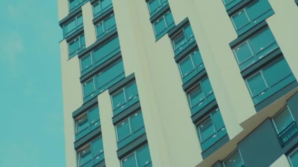 Nízký úhel pohledu na krásný mrakodrap proti jasně modré skt. Moderní bytová výstavba. Nemovitosti. Reklama. Cityscape.
