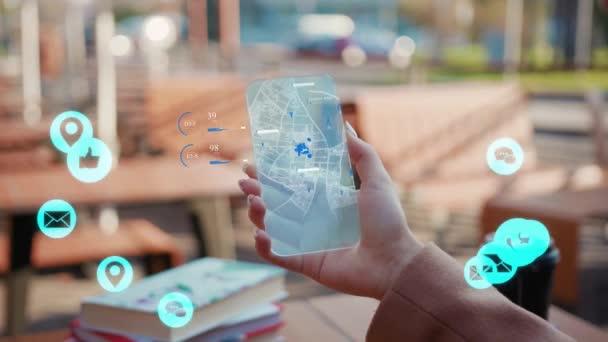 NEW YORK - 5. března 2020: Žena ruka pomocí futuristické transparentní sklo telefon bílá animace hlasitá technologie internet síťové zařízení on-line úložiště výpočetní ikona síťové připojení virtuální