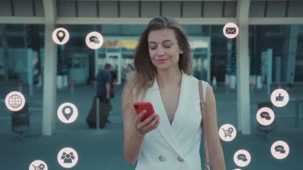 NEW YORK - 5. března 2020: Atraktivní mladá žena chodí po telefonu kolem modré animace hlasité technologie internet síťové zařízení on-line úložiště výpočetní ikona síťové připojení virtuální rozhraní
