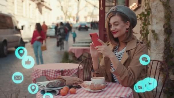 NEW YORK - 5. März 2020: Stilvolle Frau mit rotem Lippenstift sitzt im Café und benutzt Telefon weiße Animation laute Technologie Internet-Netzwerkgerät Online-Speicher-Ikone Netzwerkverbindung virtuell