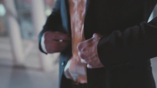 Zblízka ruka stylový muž v obleku zapínání knoflíky na bundě připravuje jít ven šéf podnikatel peníze oblečení úspěch prsty gentleman zpomalit film příslušenství drahé vůdce dresing