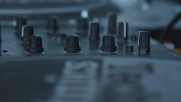 Close up elektromos gép az asztalon dolgozik a hang tervező zenei mérnök koncert divat technológia dj berendezések keverő panel térfogat konzol audio vezérlő erősítő digitális lemezjátszó sztereó