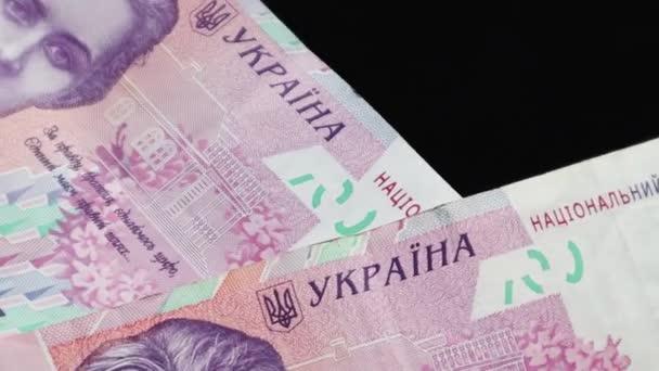 200 hrivnya névértékű bankjegyek esnek az asztalra, és lassan forognak. Ukrán nemzeti valuta. Forgatás készpénz pénz közelkép háttér. Reklámok