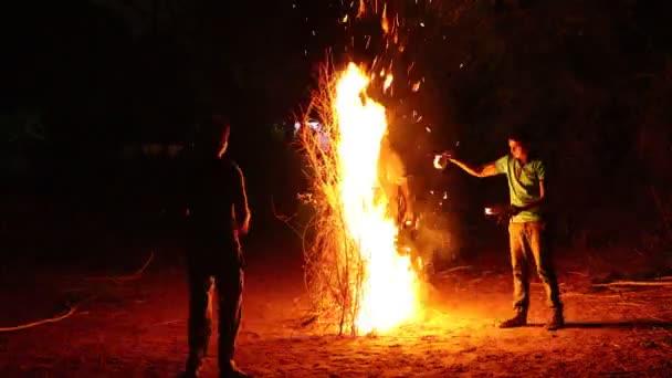 2020. március 3. Időeltolódás videó azokról az emberekről, akik a Holi fesztivált ünneplik narancsszínű lángokkal az éjszakában. Indiai jaipur