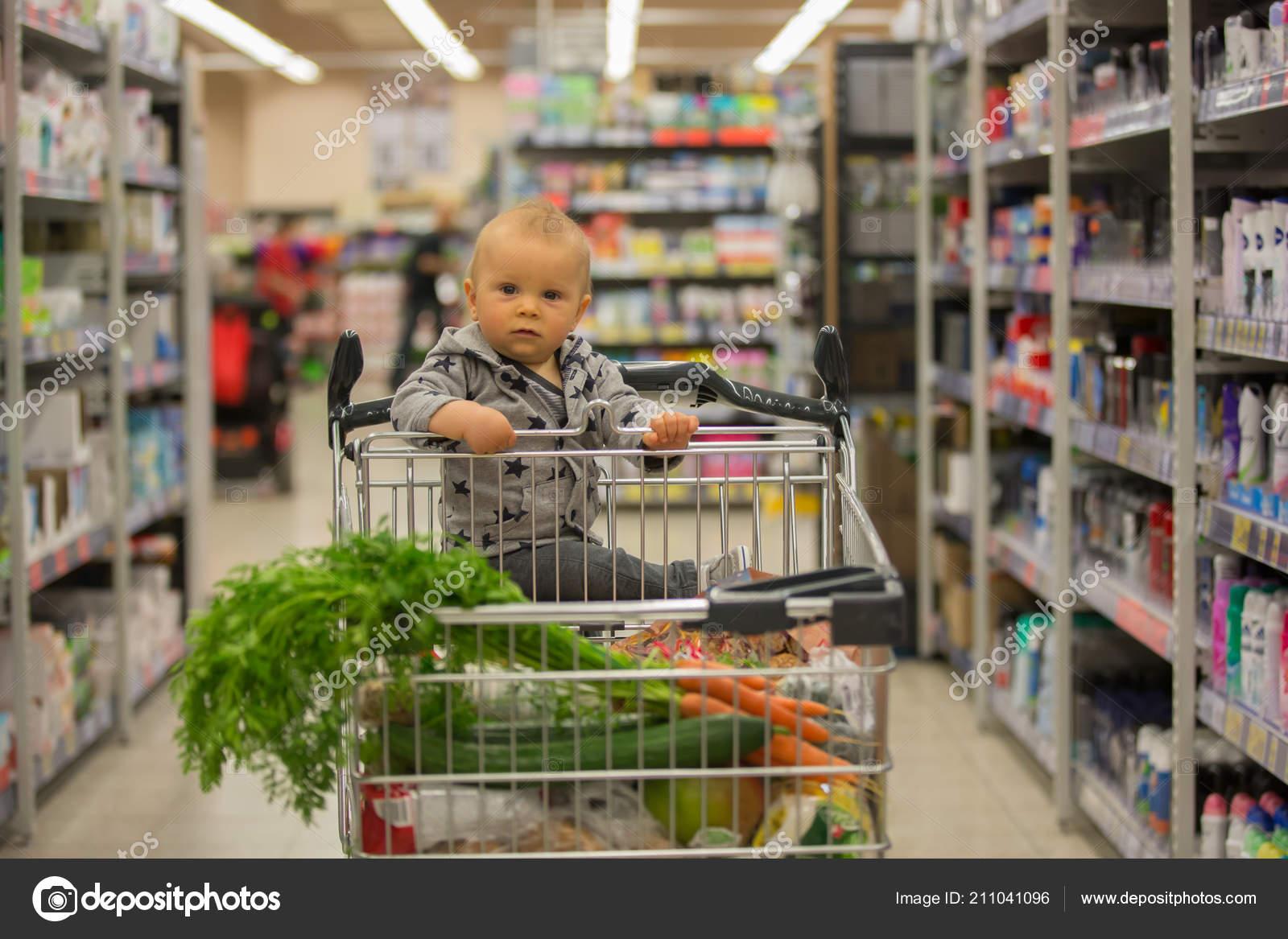 972f7f6e180310 Kleinkind Baby Junge Sitzt Einem Einkaufswagen Supermarkt Lächelnd Und Brot  — Stockfoto