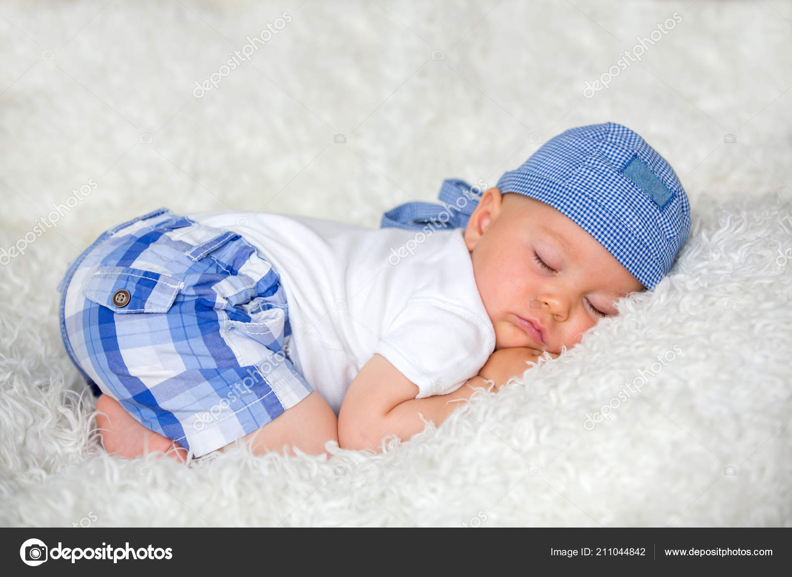 557f8d28d8c Cute Baby Boy Sleeping Bed Hat Home — Stock Photo © t.tomsickova ...