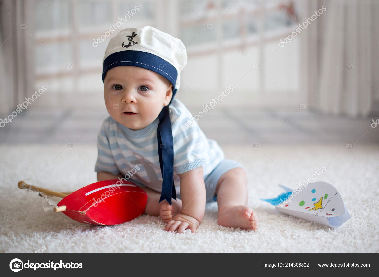 4025e189a Little Baby Boy Playing Wtih Little Boat Little Fish Home — Stock ...