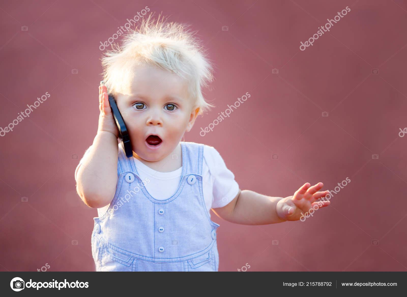 Neonato Sveglio Che Gioca Con Cellulare Nel Parco Tecnologie Digitali — Foto Stock