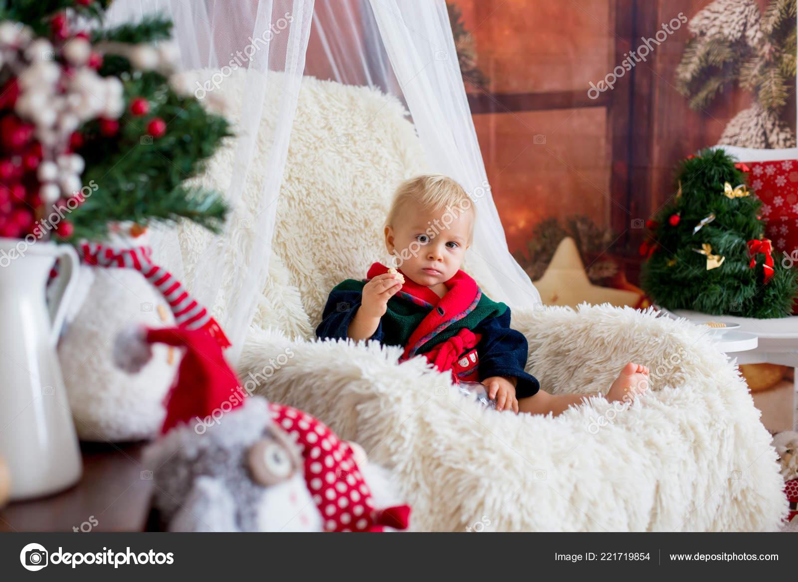 05fb814ee8 Kisfiú Aranyos Gyermek Rajta Mikulás Ruháját Hintaszék Karácsonyfa Fények  ...