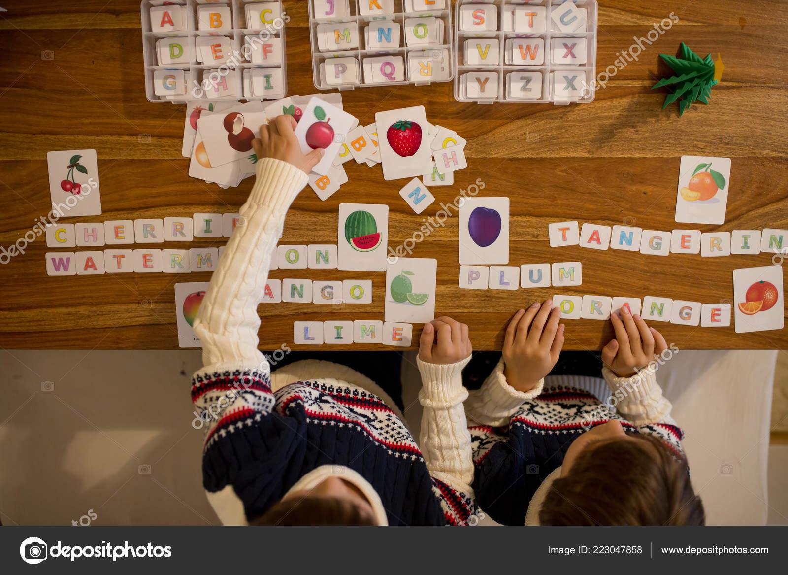Enfants Ecrire Des Mots Avec Des Lettres Coupees Apprentissage Des