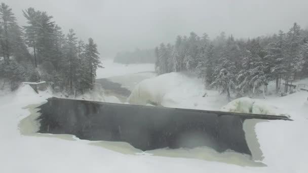 Ohromující zimní let dronem nad kaskádovým vodopádem přes ledové bloky