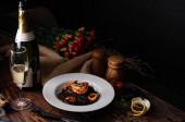 Fekete fettuccine spagetti tészta garnélarák és tintahal feltöltve w