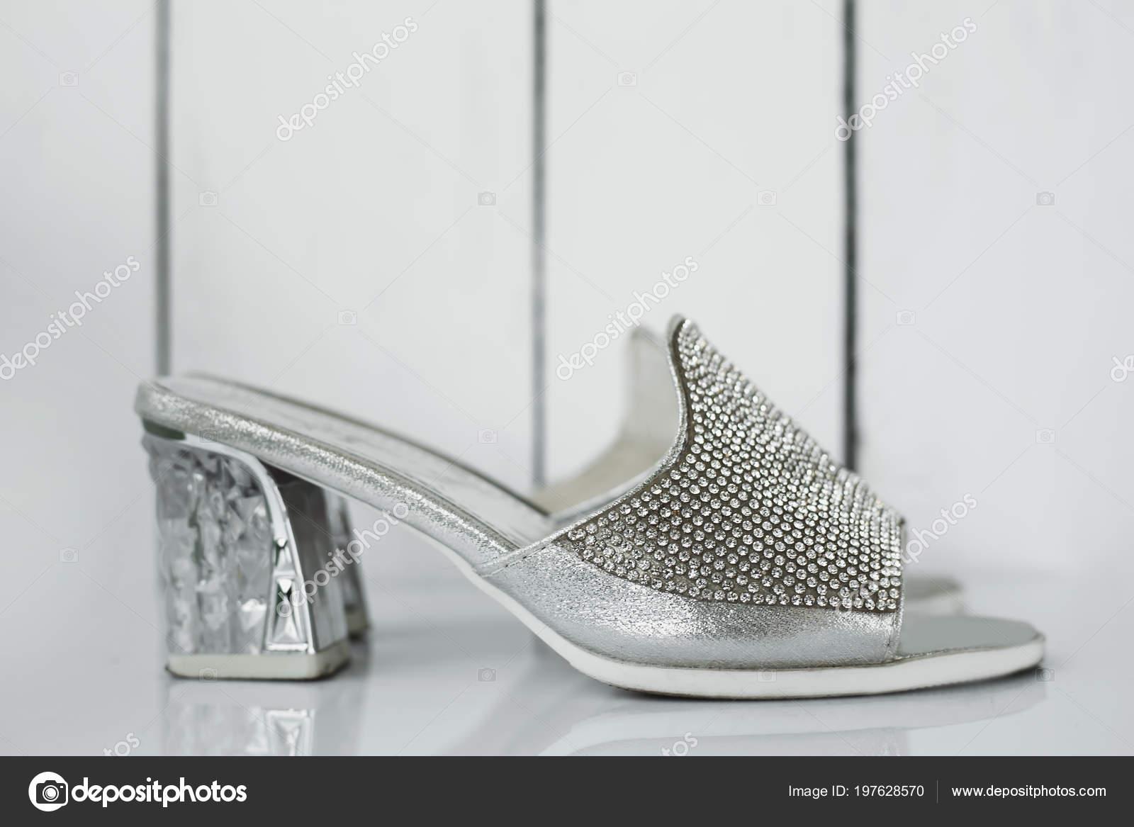 gran venta d3caf 81b98 Zapatos Plateados Elegantes Mujeres Sobre Fondo Gris — Foto ...