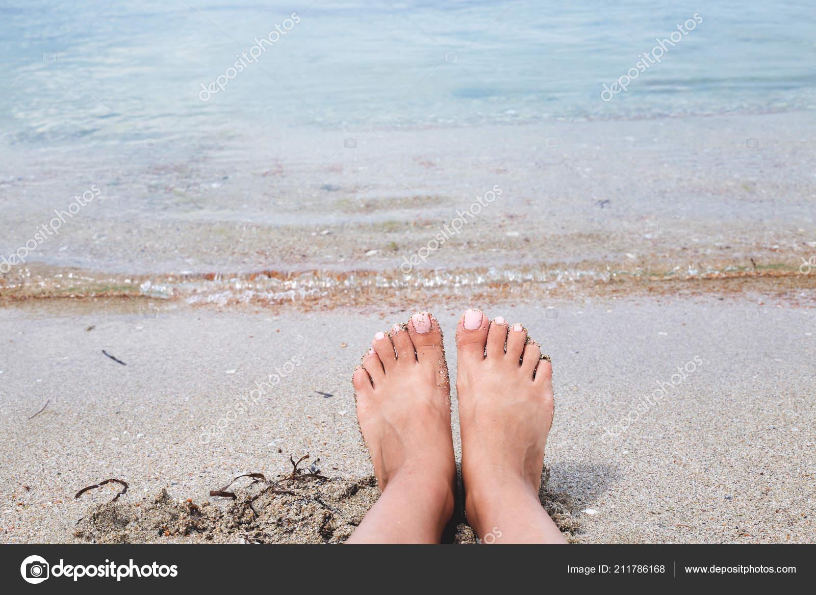 00a9a3f04a Υγρά Γυναικεία Πόδια Στην Παραλία Και Άμμο — Φωτογραφία Αρχείου ...