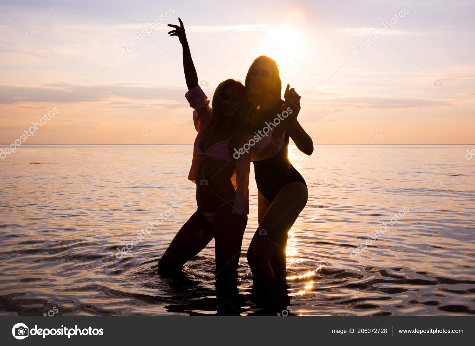 Due Belle Ragazze Studenti Stanno Ballando Sulla Spiaggia Sfondo