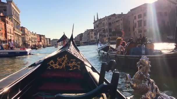 Kilátás a Grand Canal Velencében, Olaszországban. Gondolások a velencei nézetek hátteréből