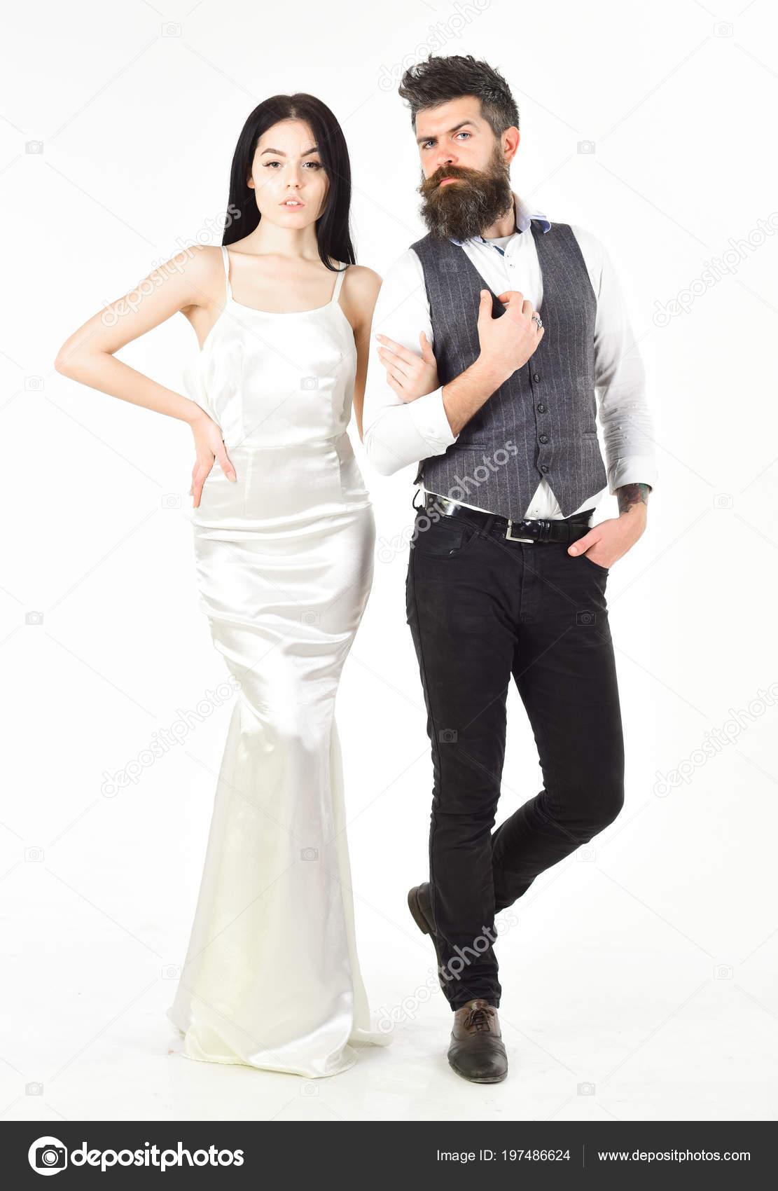 9954ce3da Mujer en vestido de novia y el hombre de chaleco. Barba hipster con novia  vestidos para ceremonia de boda. Concepto de boda. Pareja en el amor