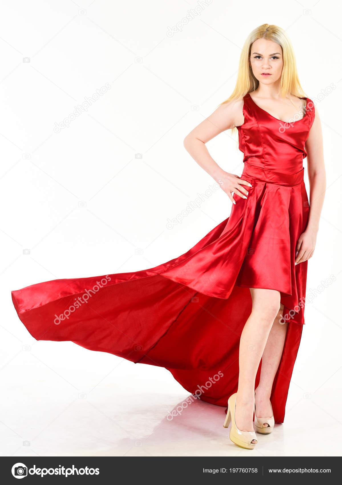ea528edf4c1ccd Vrouw draagt elegante avond rode jurk