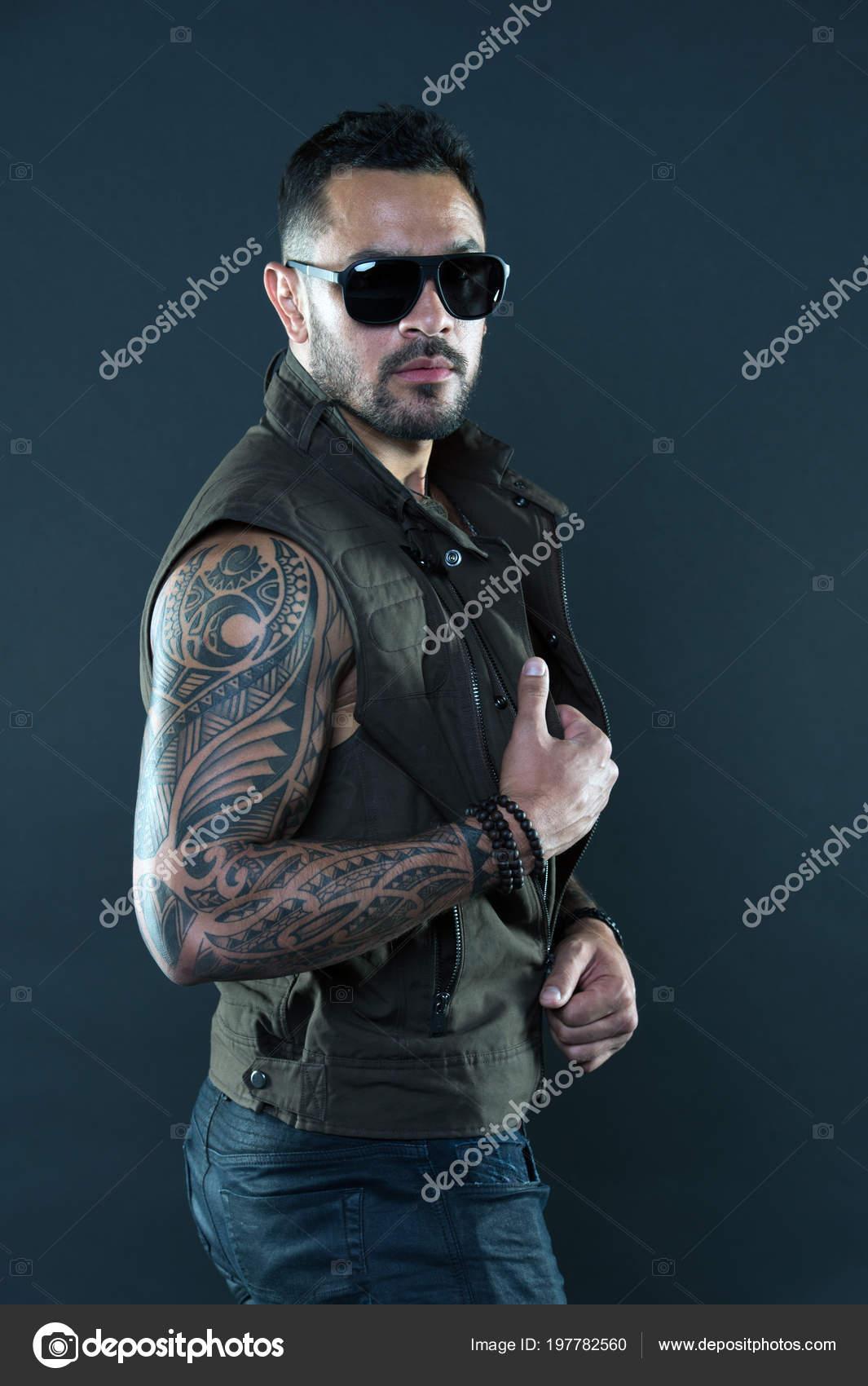 Fotos Hombres Tatuados Con Barba Hombre Tatuado Con Bíceps Y