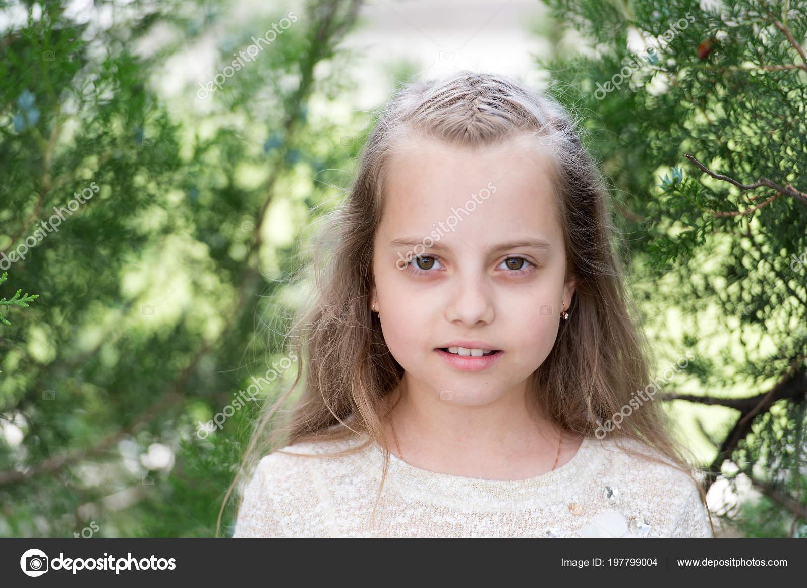 Madchen Mit Langen Haaren Auf Ruhige Gesicht Natur Hintergrund
