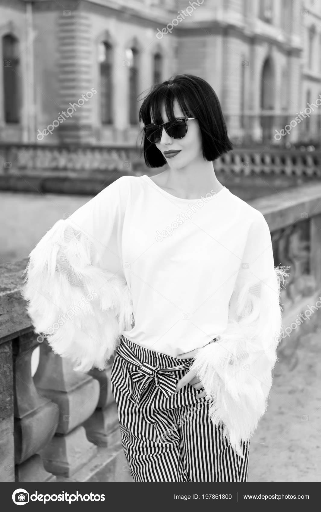 b46d0f56d1a7f2 Model in modieuze kleding op straat van Parijs, Frankrijk. Vrouw met rode  lippen en donkerbruine haren. Mode, accessoires, visage concept.