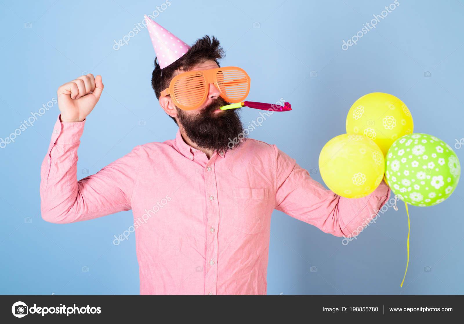 Frohlicher Bartiger Mann In Geburtstag Kappe Blast Partei Pfeifen