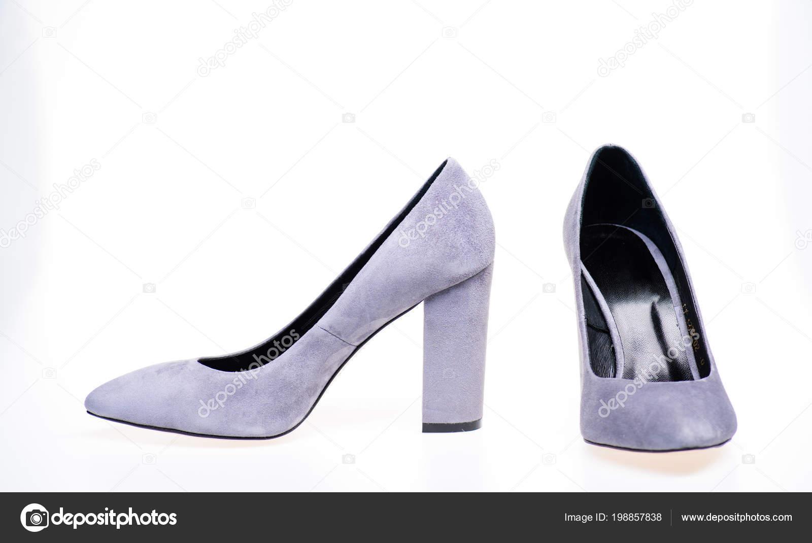 33a56ba81e Par de zapatos de tacón alto de moda. Zapatos de gamuza gris sobre fondo  blanco